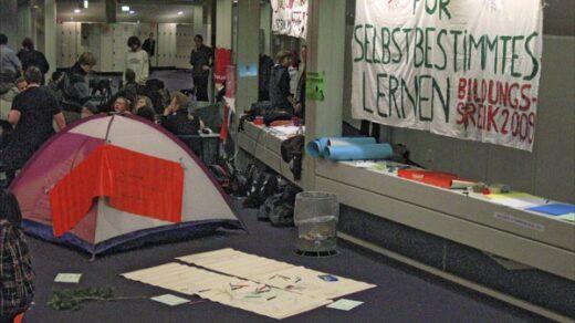 2009 streikten FU-Studis für selbstbestimmtes Lernen, nun könnte ausgerechnet die von Studierenden viel kritisierte Exzellenzstrategie ihren Wunsch ein Stück weit erfüllen. Foto: Cora-Mae Gregorschewski