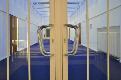 Der Eingang zum Sitzungssaal des AS. Foto: Cora-Mae Gregorschewski