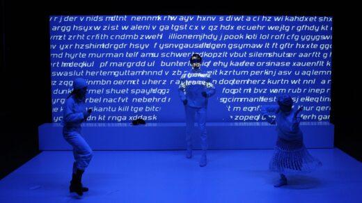 """Die Inszenierung von """"15.15"""" wirkt teilweise sehr experimentell. Foto: Christian Brachwitz"""