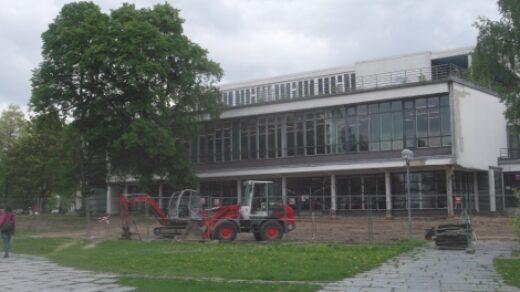 Zäune und Bagger: Der Außenbereich der Veggie-Mensa ist eine Baustelle. Foto: Friederike Werner
