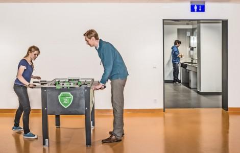 Sportliches Örtchen: Zwei Studenten kickern vor den Toiletten der Silberlaube. Foto: Cora-Mae Gregorschewski