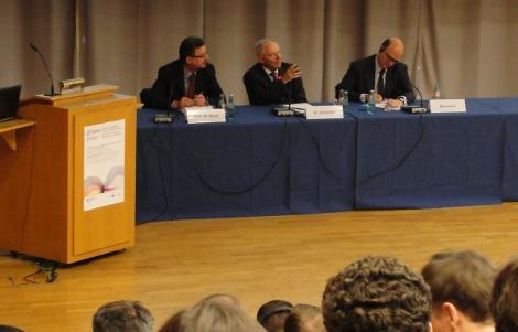 Bundesfinanzminister Wolfgang Schäuble (M.) und sein franzöischer Kollege Pierre Moscovici (r.) diskutieren mit den Studenten. Foto: Florian Schmidt