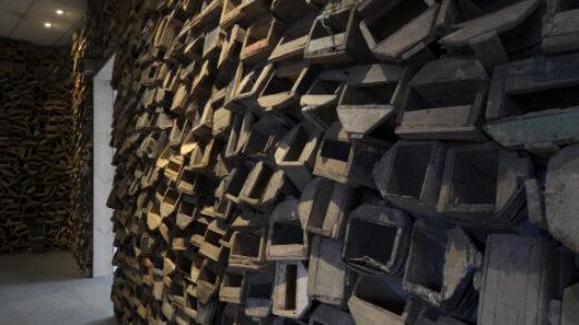 """Bis zur Decke stapeln sich in der der Galerie """"Listros"""" Schuhputzkisten wie diese. Foto: Cora-Mae Gregorschewski"""
