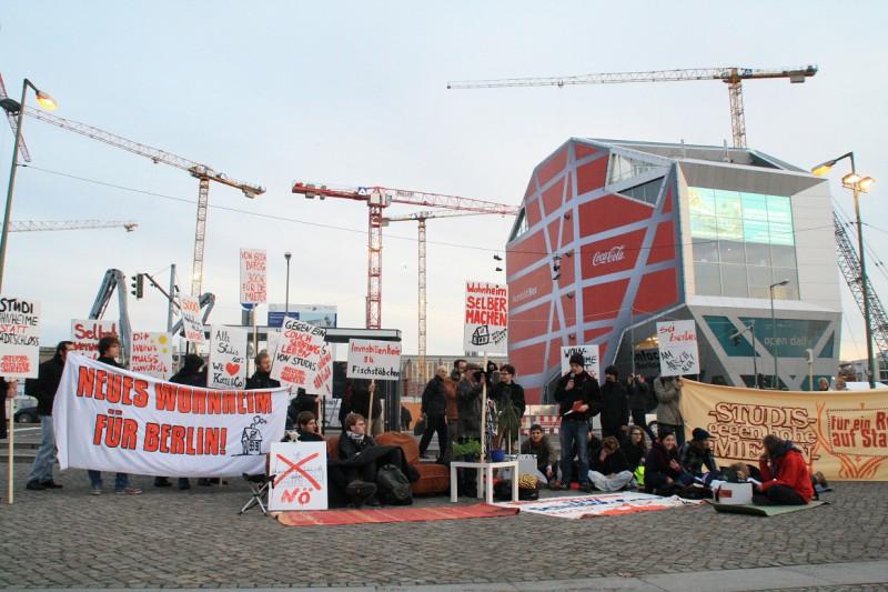 Die Demonstranten haben sich vor der Baustelle des Berliner Stadtschlosses ein kleines Wohnzimmer eingerichtet. Foto: Lev Gordon