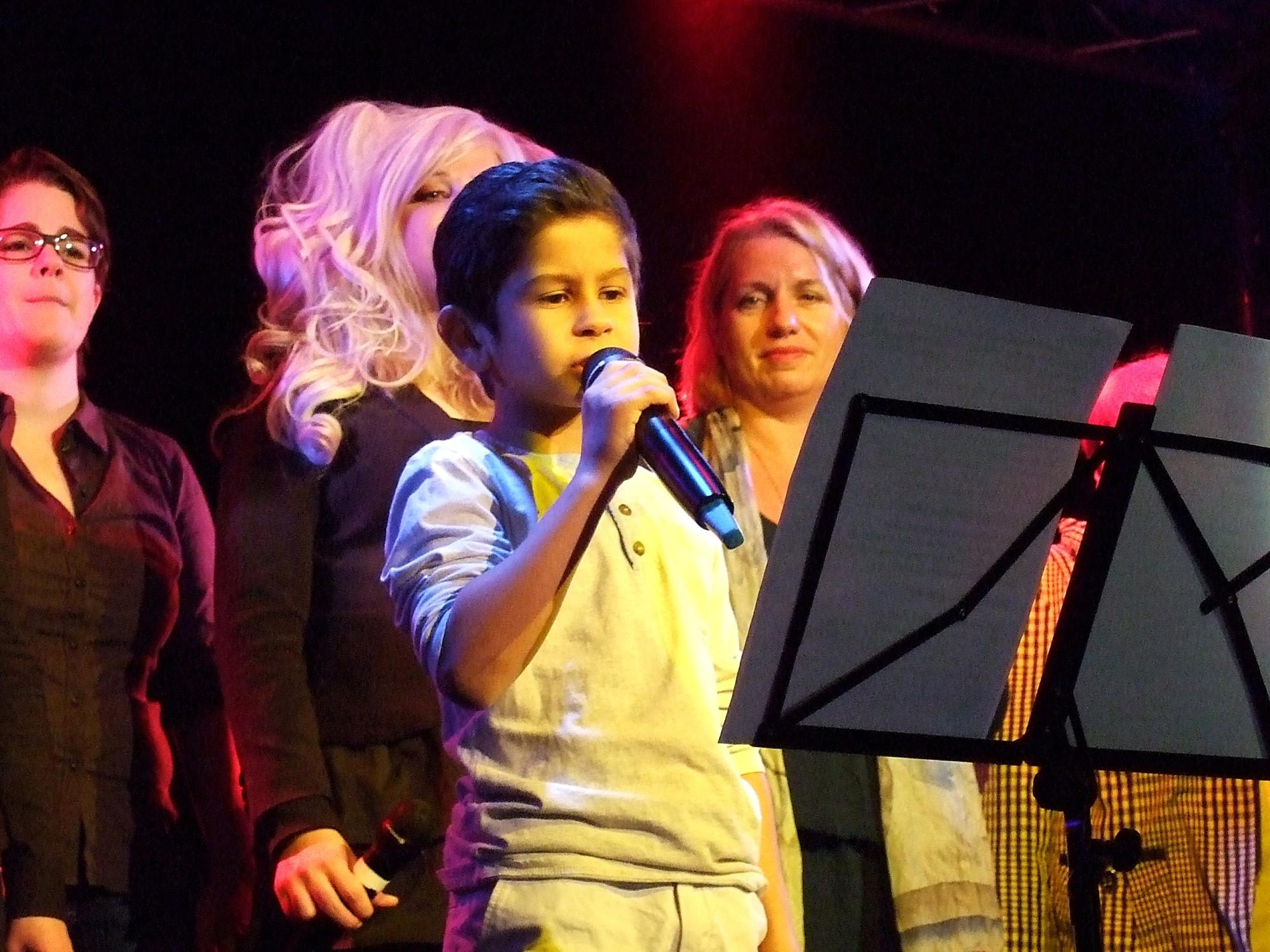 """Der sechsjährige Adam singt Michael Jacksons """"Heal the World"""". Foto: Britta Gade"""