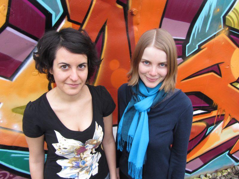 Die beiden Organisatorinnen der Lesung, Elisabeth Botros und Jennifer Bode. Foto: Johannes Schmitz