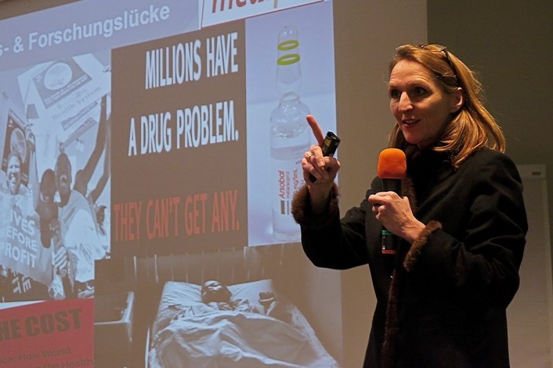 Christine Godt erklärt, warum viele Medikamente für Menschen in Entwicklungsländern unzugänglich bleiben. Foto: Josta van Bockxmeer