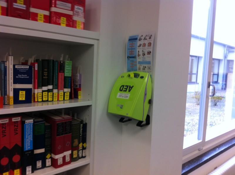 Ein Laien-Defibrillator an der Ausleihtheke der rechtswissenschaftlichen Bibliothek. Zehn weitere AEDs sollen bald überall auf dem Campus installiert werden. Foto: FU Berlin