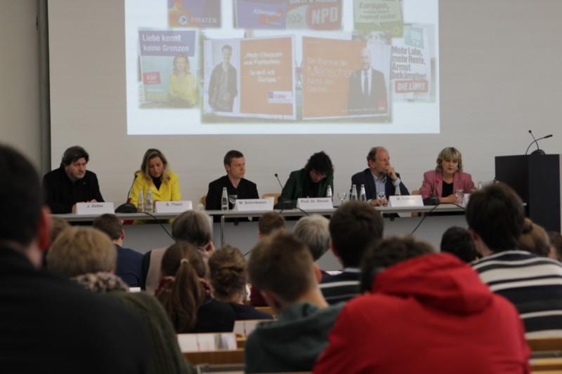 Mit einer Podiumsdiskussion versuchte man die Studierenden der FU für das Geschehen auf der europäischen Ebene zu begeistern. Foto: Deutsche Gesellschaft e.V.