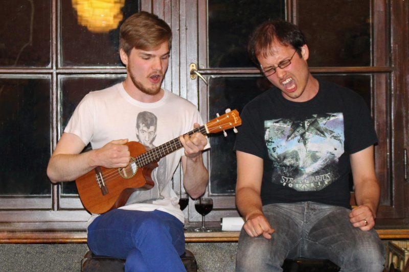 Alex und Paul sorgen mit ihrem Ukulele-Medley für mächtig Stimmung. Foto: Marie Halbich