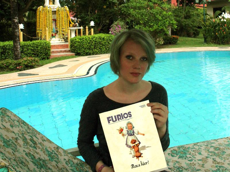 Dorothea vor dem Pool am Haus ihres Vaters. Foto: Privat