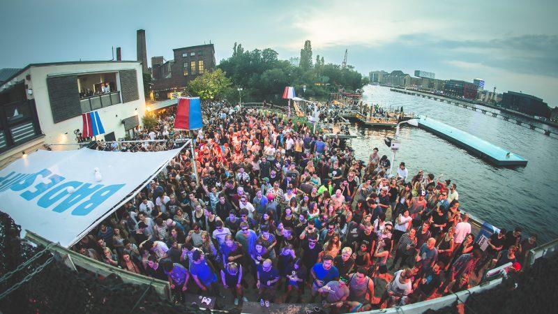 Musik am Wasser: Hunderte tanzen am Rande des Badeschiffes. Foto: Stephan Flad