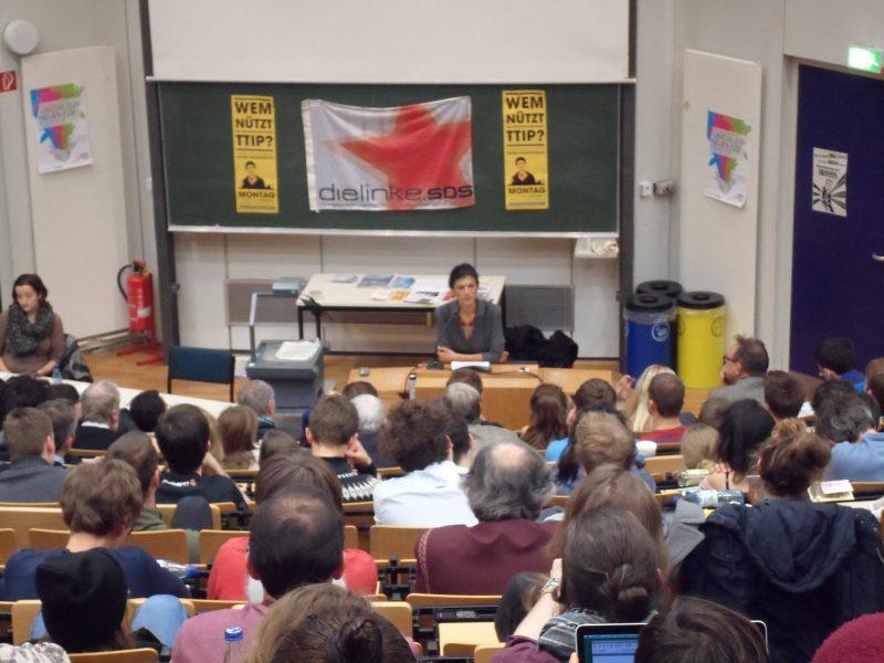 """Sahra Wagenknecht hat zum Thema """"Wem nützt TTIP?"""" vor Studierenden in der Silberlaube gesprochen. Foto: Marius Weichler (SDS FU)"""