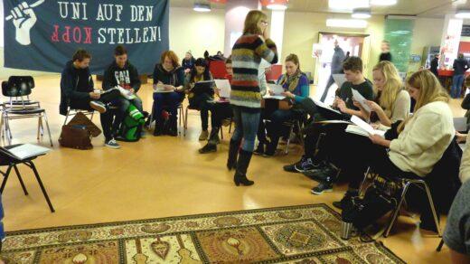 Ein überfüllter Kurs vor der Großen Mensa. Foto: Teresa Högele