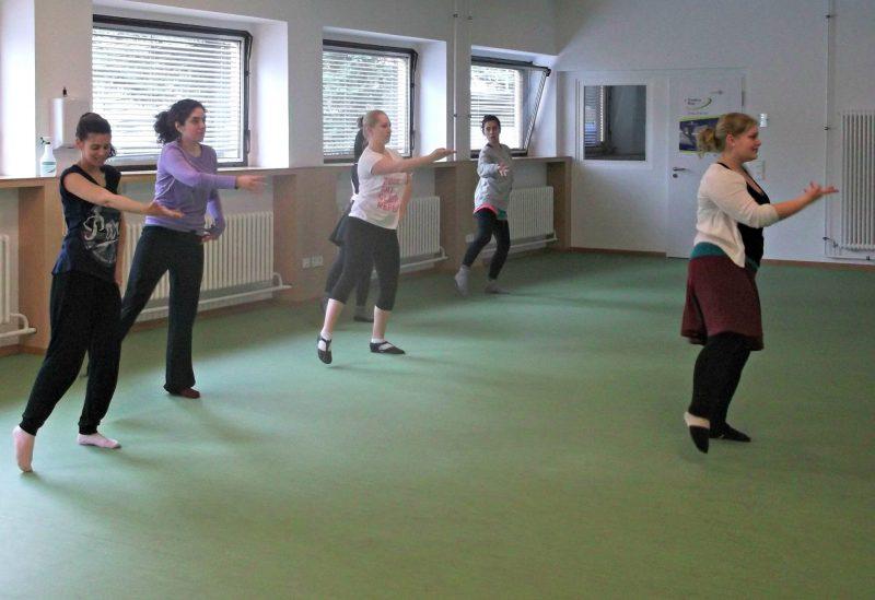 Die Arme und Beine gleichzeitig richtig in Bewegung zu versetzen erfordert beim Bollywood-Dance einige Konzentration. Foto: Friederike Werner