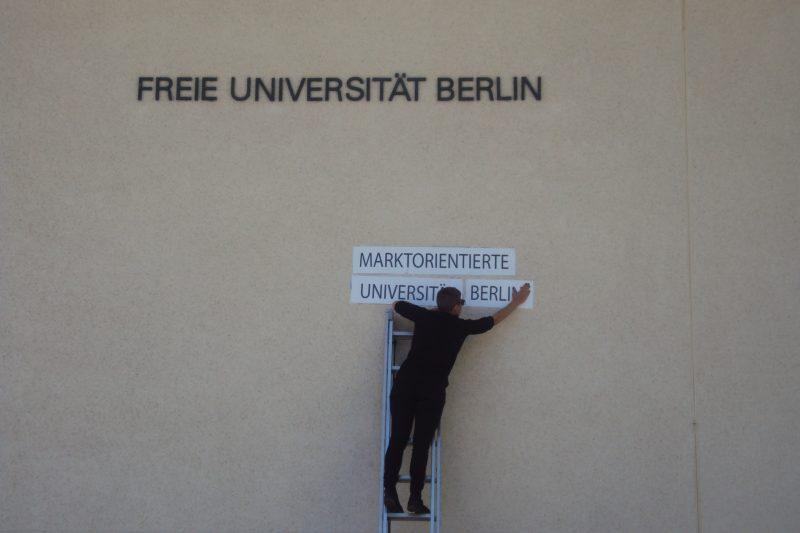 """Ein La:iz Aktivist bei der """"Umbenennung"""" der FU. Foto: Francis Laugstien"""