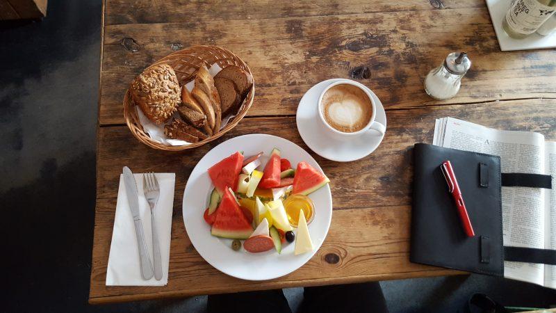 Das Frühstück Neuköllner Art in der Schillerbar.