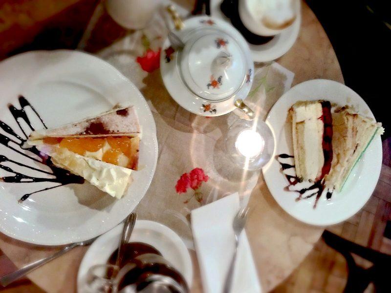 """An Kuchen-Auswahl mangelt es nicht im """"Alstadtcafé"""". Foto: Kim Mensing"""
