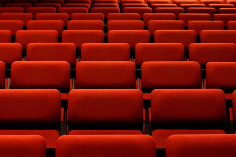 Hat man nicht jeden Tag: Bequeme Kinosessel statt harte Vorlesungsbänke. Foto: pixelflake (Flickr)