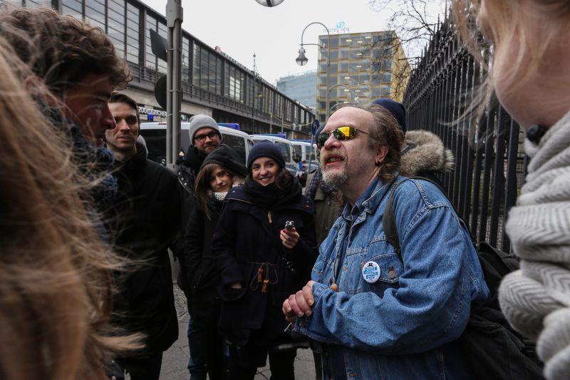 Mit Dieter geht es durch Straßen, die mal sein Zuhause waren. Foto: Mathias Becker | querstadtein.org