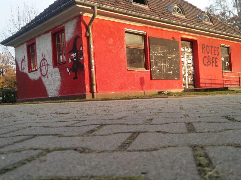 Die Rote Villa hinter dem Gebäude in der Ihnestraße 22 in Dahlem. Foto: FURIOS