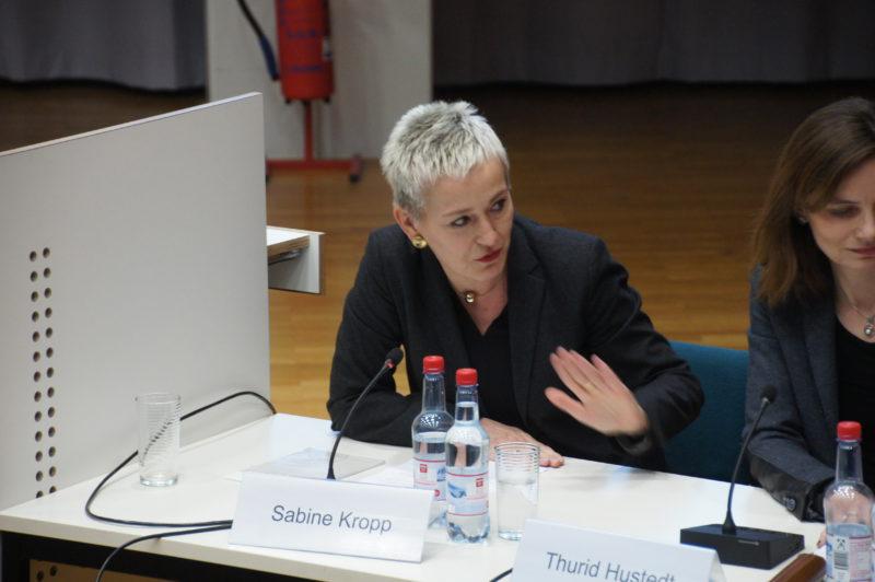"""Sabine Kropp: """"Die Glaskugel zähle ich eigentlich nicht zu meinem wissenschaftlichen Instrumentarium."""" (Foto: Victor Osterloh)"""