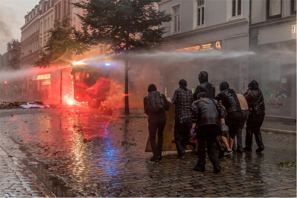Wasserwerfer gegen Vermummte: Eskalation in Hamburg. (Foto: Willi Effenberger)
