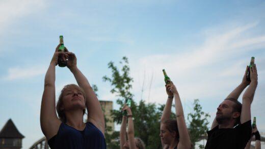 Bild zeigt Bieryoga im Freien