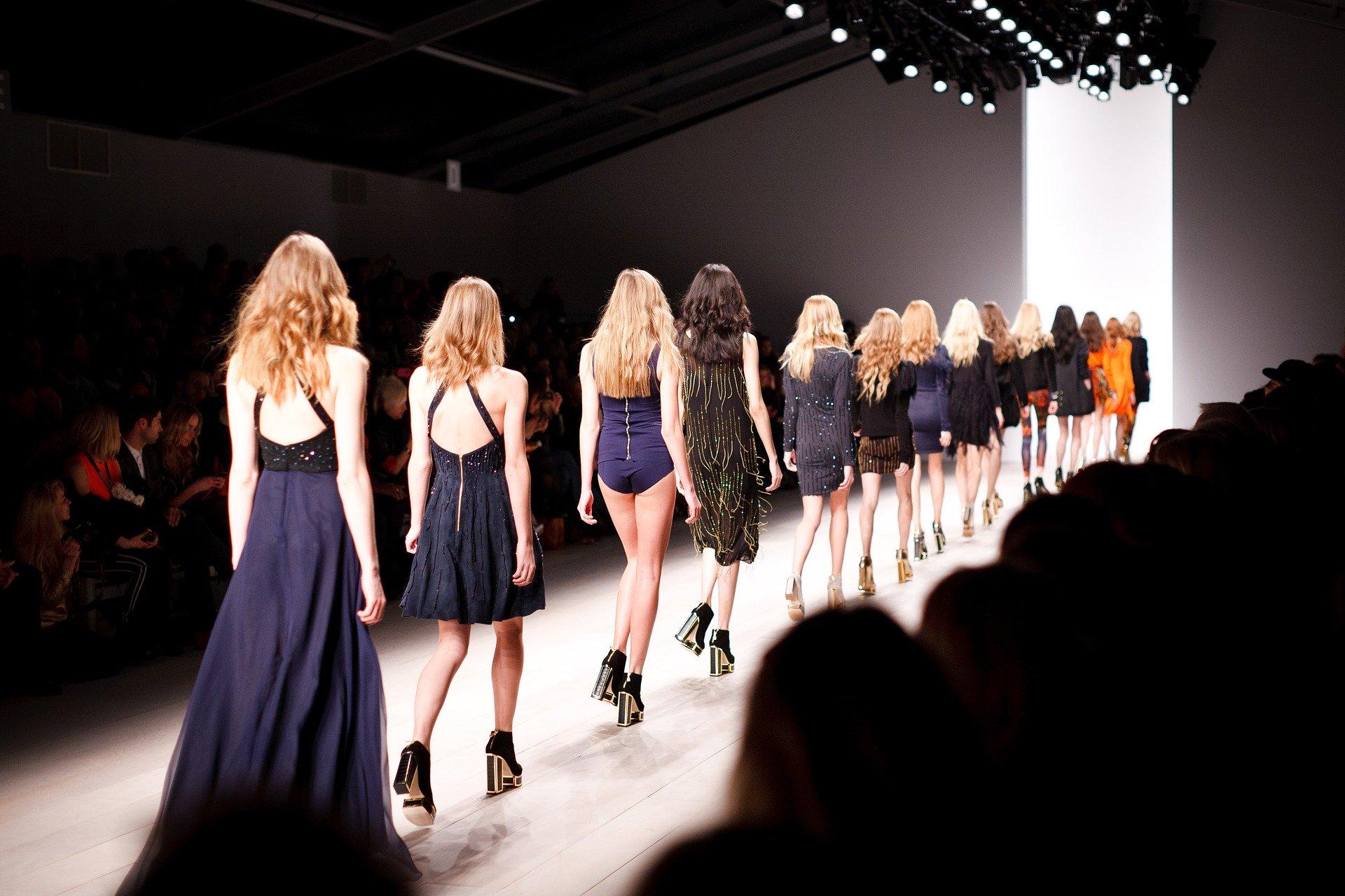 Modeschauen sind fester Bestandteil der wechselfreudigen Fashionwelt (Symbolbild). Quelle: Pixabay