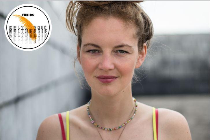 Journalistin und Schriftstellerin Lisa Krusche feiert mit Unsere anarchistischen Herzen ihr literarisches Debüt. Bildmontage/Foto: Charlotte Krusche, Illustration: Joshua Liebig.